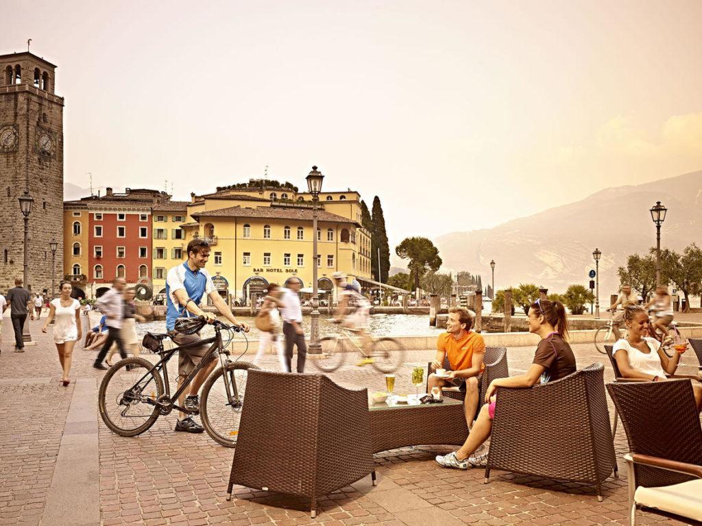 Alto-Garda-Riva-del-Garda-Aperitivo turisti