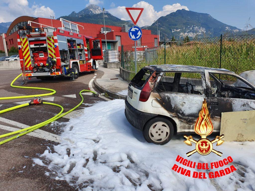 incendio-auto-vigili-del-fuoco-riva-1024x768.jpeg