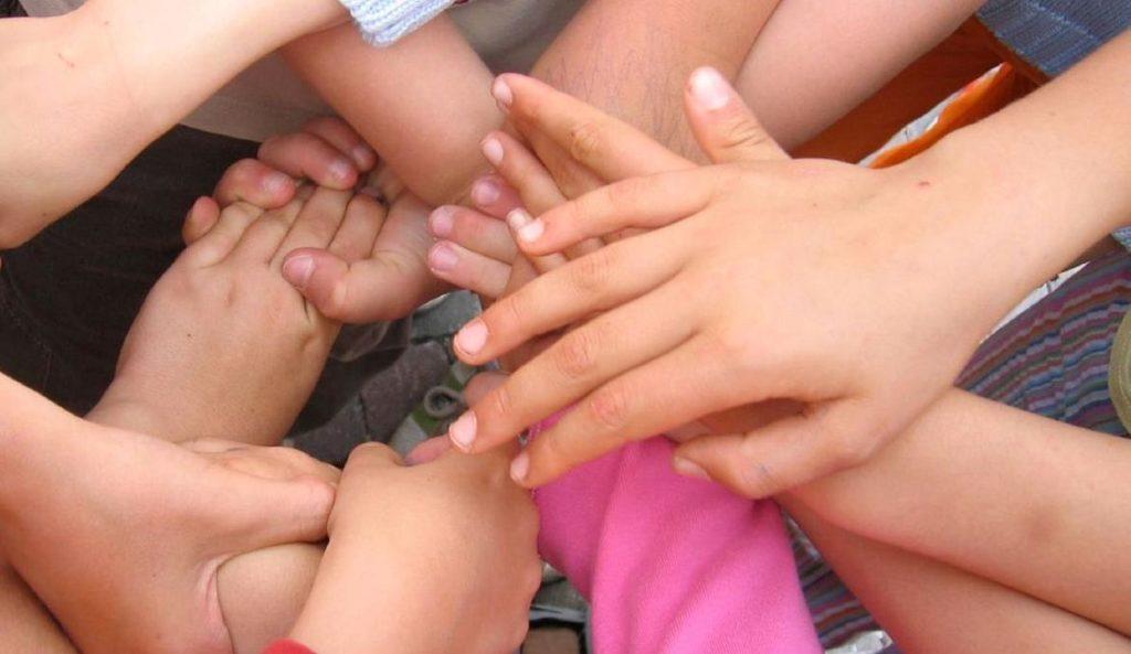 educatore scuola bambini mani