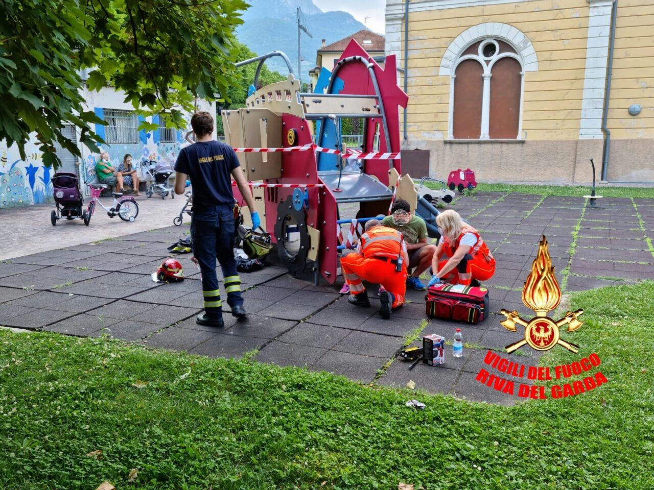 vigili del fuoco bimba Incastrata02